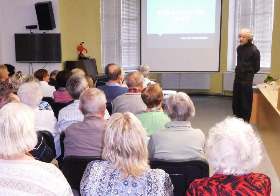 Karel Čermák přednáší v knihovně