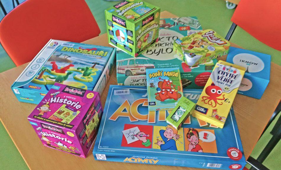 Výběr nových společenských her v dětském oddělení